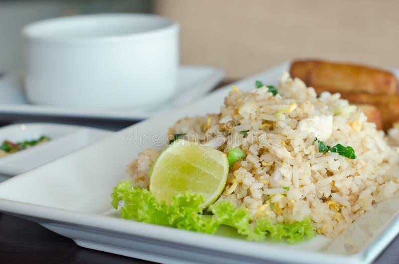 炒饭和春卷-传统泰国食物 免版税图库摄影