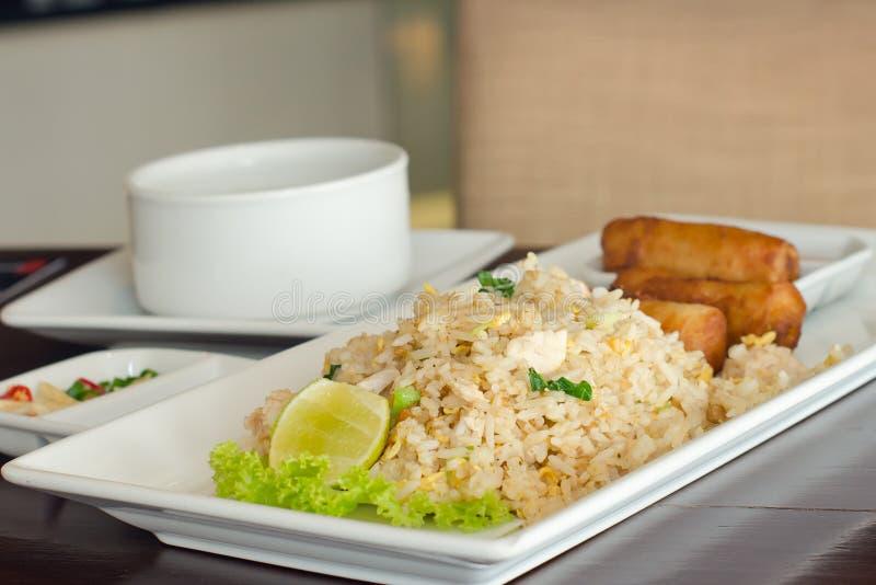 炒饭和春卷-传统泰国食物 免版税库存照片