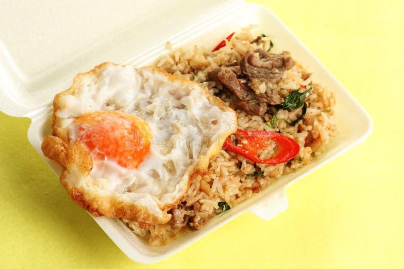 炒饭用牛肉辣椒和蓬蒿顶部煎蛋 免版税库存照片