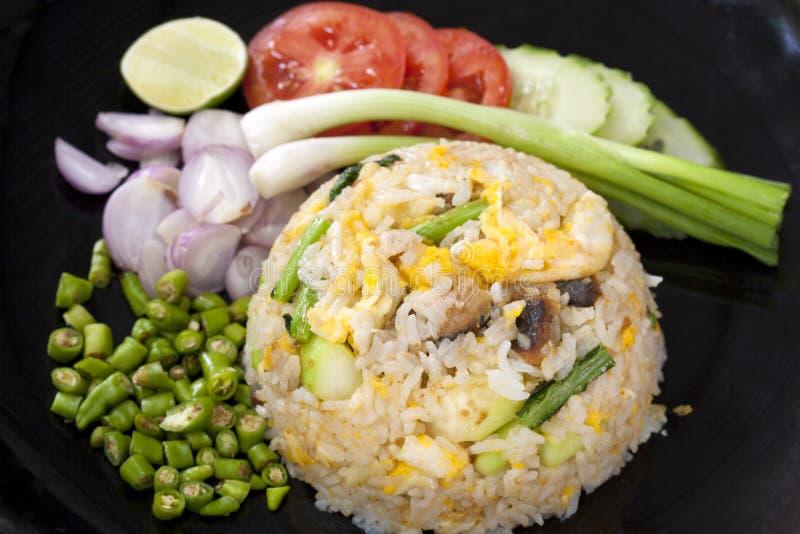 炒饭用虾服务与新鲜蔬菜 免版税库存图片
