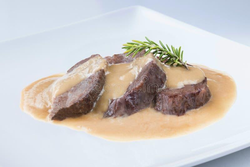炖与酒酱汁西班牙人食谱的牛肉面颊 免版税库存照片