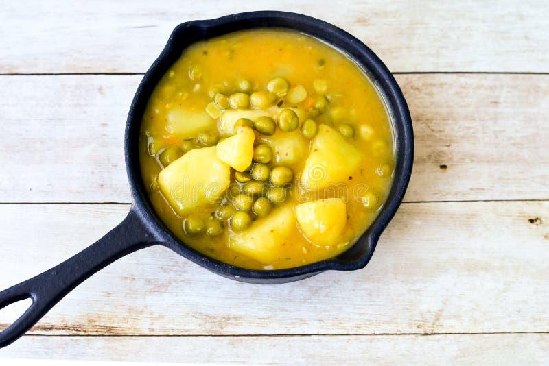 炖用土豆、红萝卜、豌豆和香料 免版税库存图片