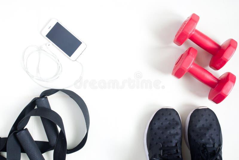 炫耀与智能手机的健身项目在白色背景,平的la 库存照片