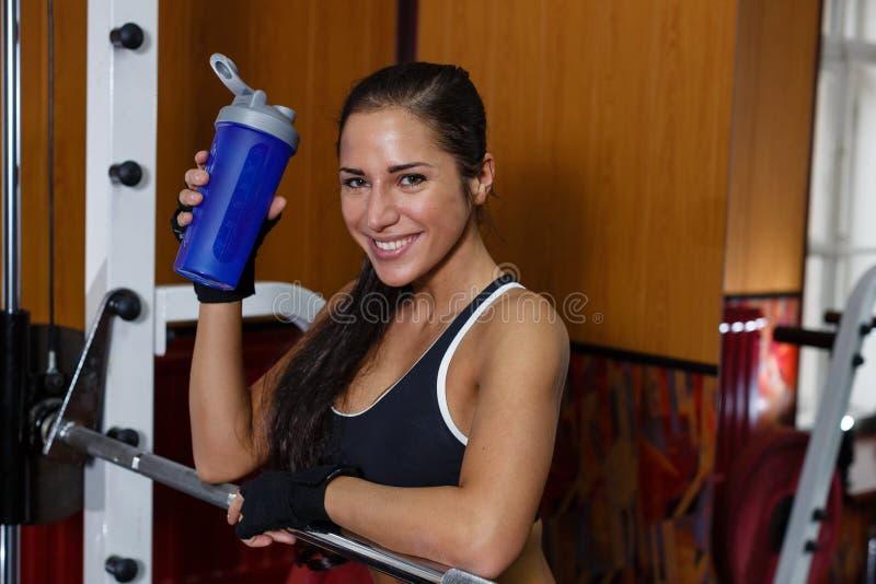 炫耀健身房的妇女。 库存照片