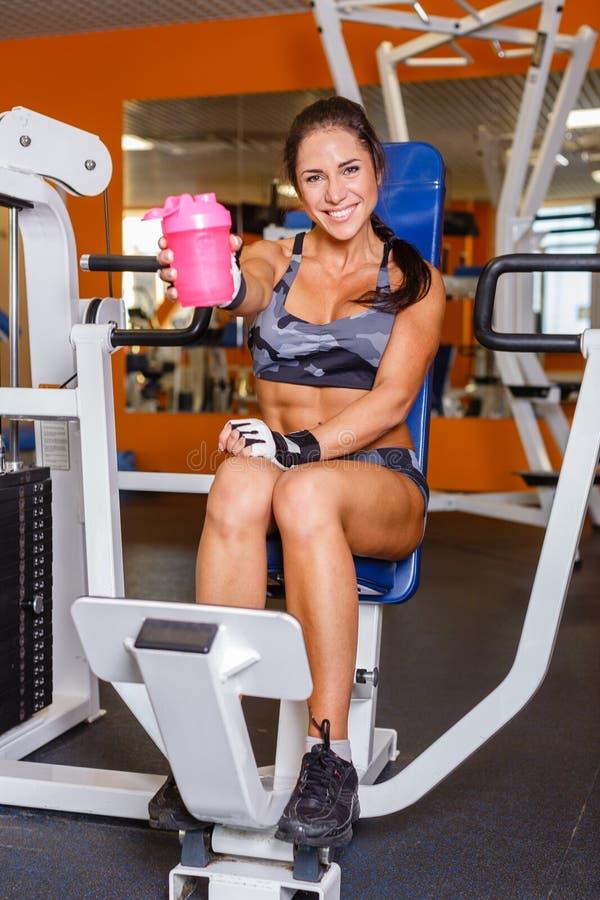 炫耀健身房的妇女。 免版税库存图片
