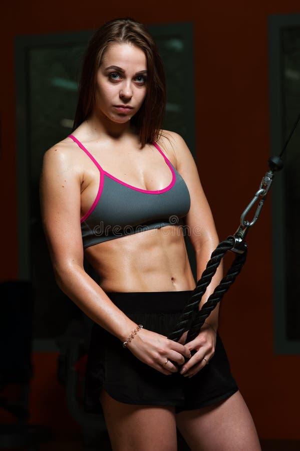 炫耀健身房的妇女 库存图片