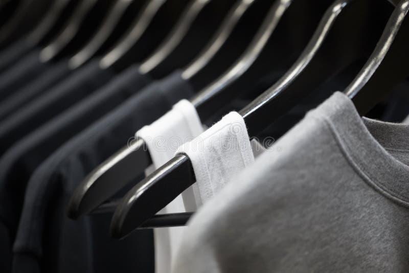炫耀在挂衣架的衣物 免版税库存照片