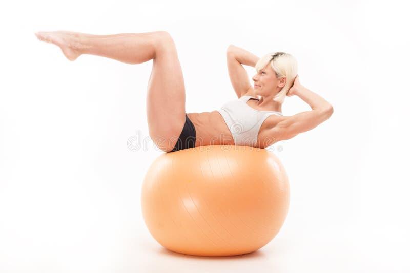 炫耀在fitball的活动 库存图片