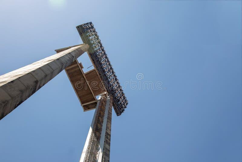 炫耀天空蔚蓝的体育场的强放射性点光 免版税库存照片