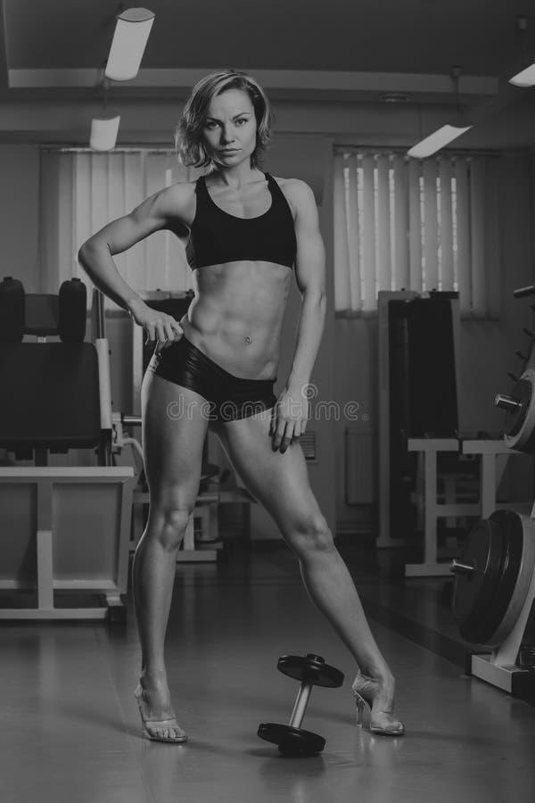 炫耀女孩在健身房 免版税图库摄影