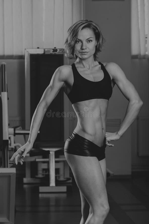 炫耀女孩在健身房 库存图片