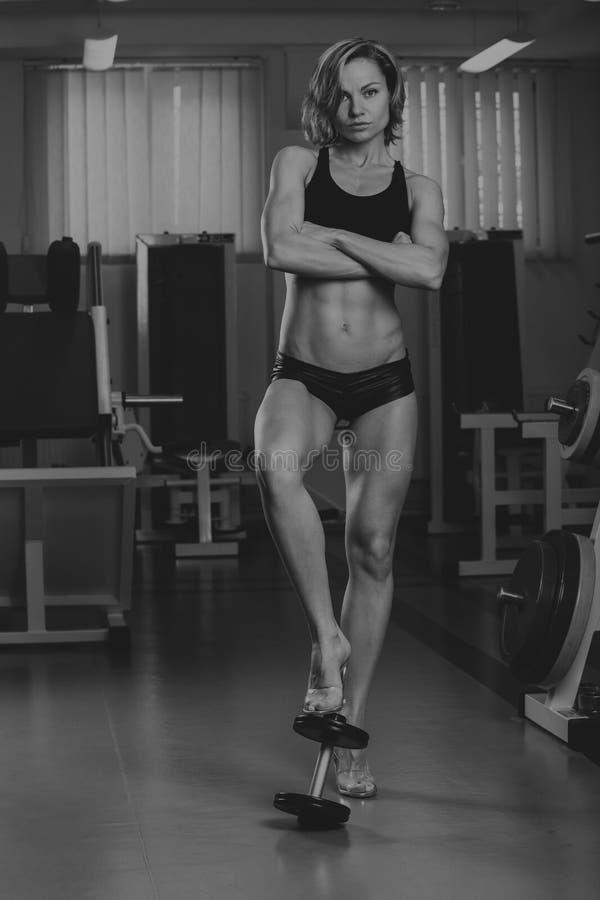炫耀女孩在健身房 免版税库存图片