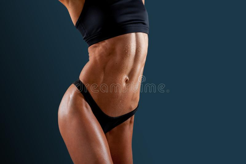 炫耀她完善的肌肉被剥去的吸收的美丽的超级适合的年轻女人 库存照片