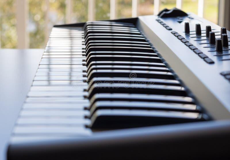 炫耀它的象牙钥匙的键盘仪器 免版税库存照片