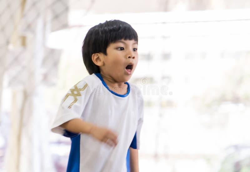 炫耀有哮喘的呼吸的男孩艰苦咳嗽和 免版税库存图片