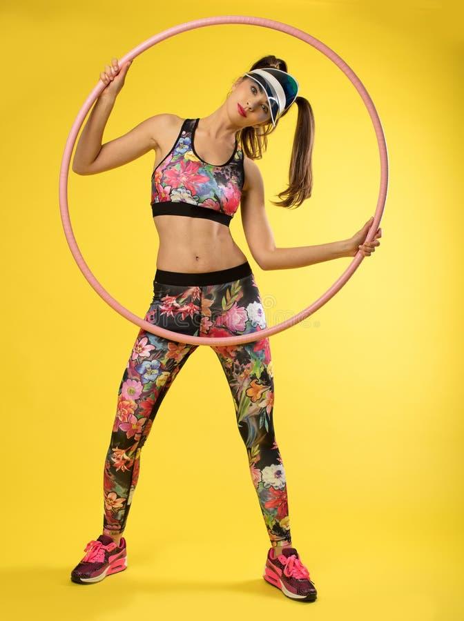 炫耀有桃红色hulahop的`妇女 免版税库存图片