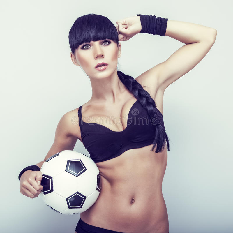 炫耀有球的肉欲的女孩 免版税库存照片