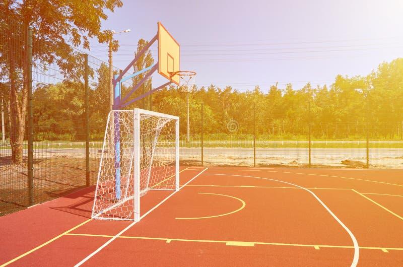 炫耀橄榄球和篮球的,训练的,阳光作用橡胶体育场操场 库存图片