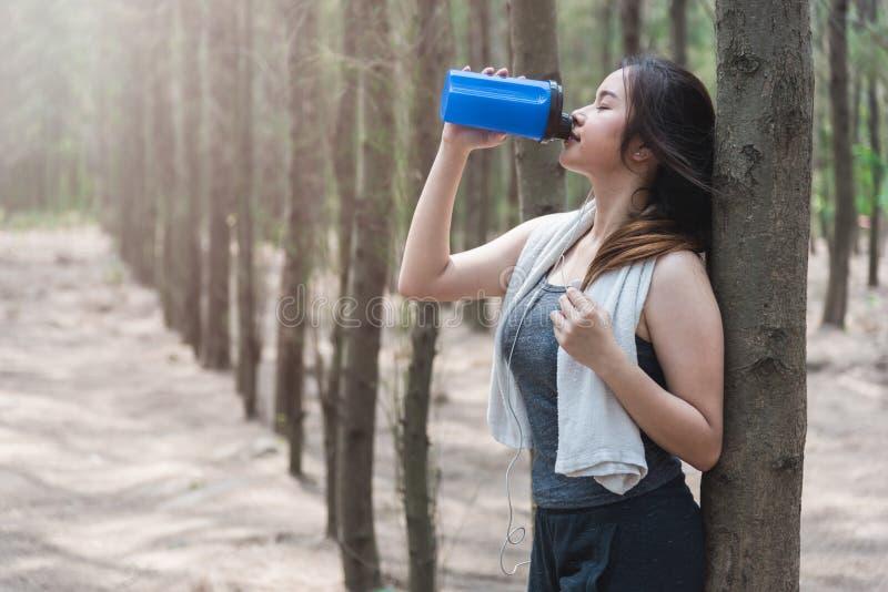 炫耀美好的少妇女孩生活方式锻炼健康drin 库存照片