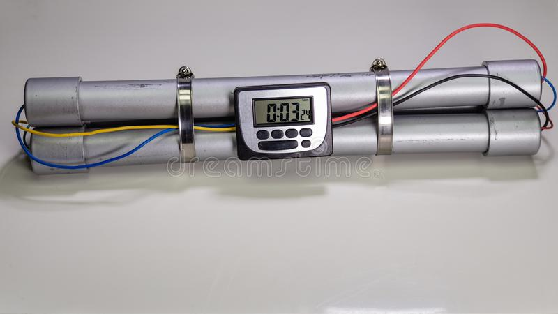 炸弹以触发在白色背景的爆炸的时钟定时器 库存图片