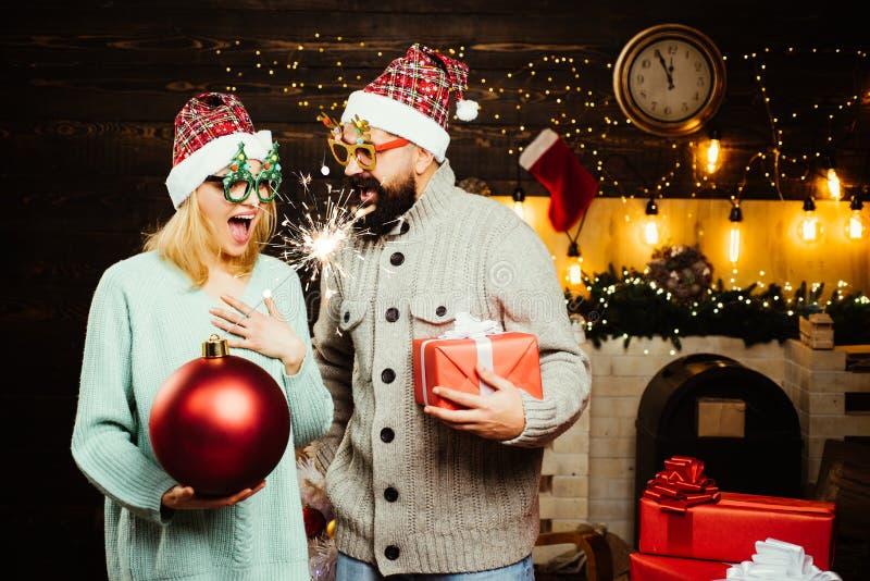 炸弹情感 新的销售额年 戴红色圣诞老人项目帽子的冬天人 圣诞快乐和新年好 免版税库存照片