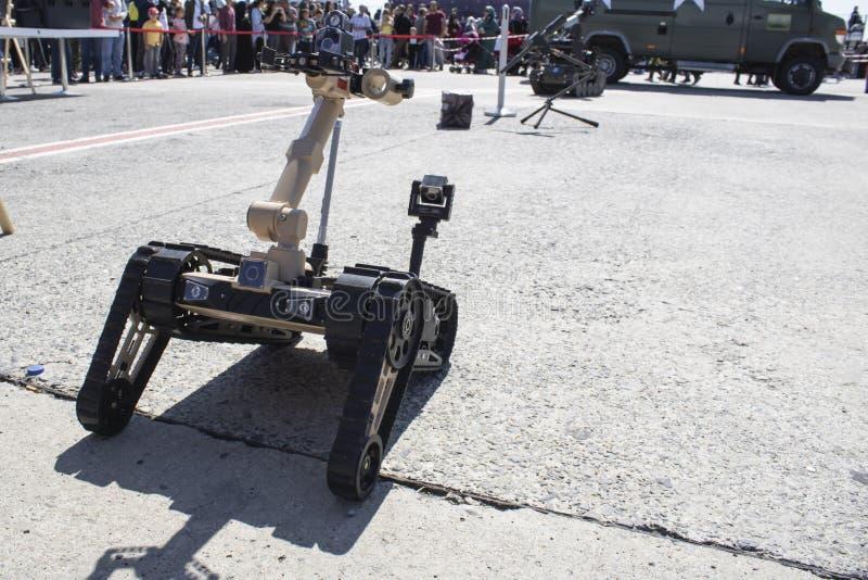 炸弹销毁机器人特写 炸弹销毁机器人特写 访问者正在观看 免版税库存图片