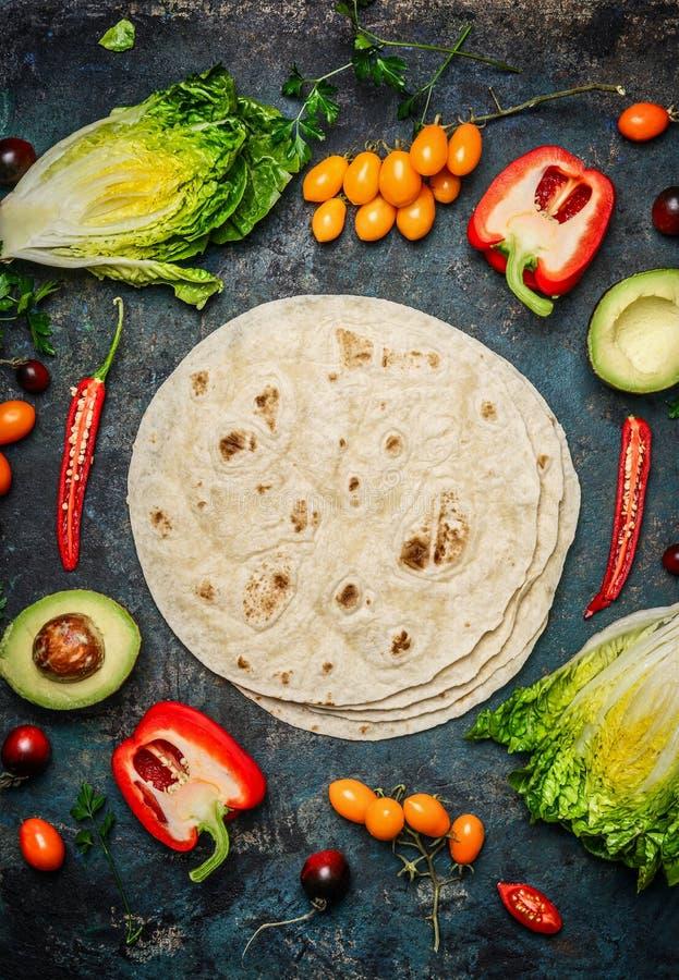 炸玉米饼或面卷饼做的成份 新鲜的有机菜和玉米粉薄烙饼在土气背景,顶视图 免版税库存照片