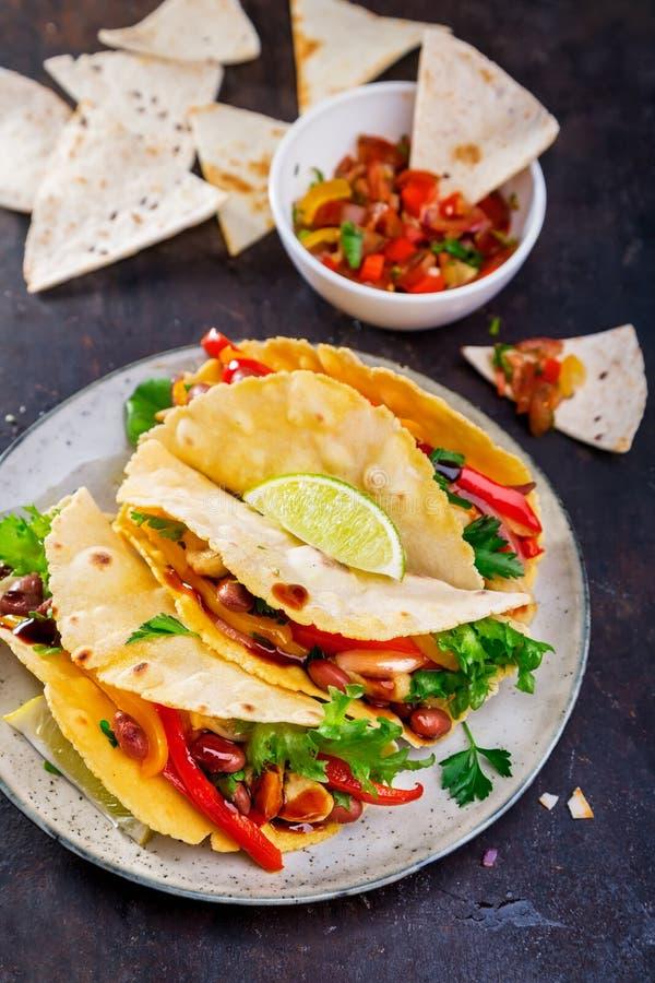炸玉米饼 与鸡和菜的墨西哥黄色玉米粉薄烙饼 免版税库存图片