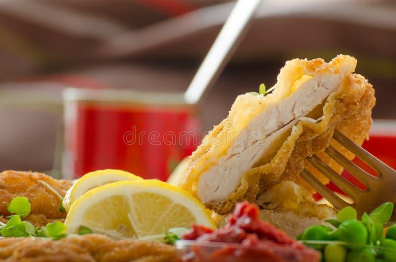 炸肉排、炸薯条和microgreens沙拉 图库摄影
