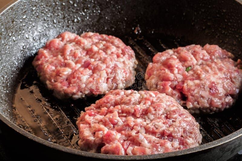 炸肉排牛排烤了煎锅 免版税库存图片