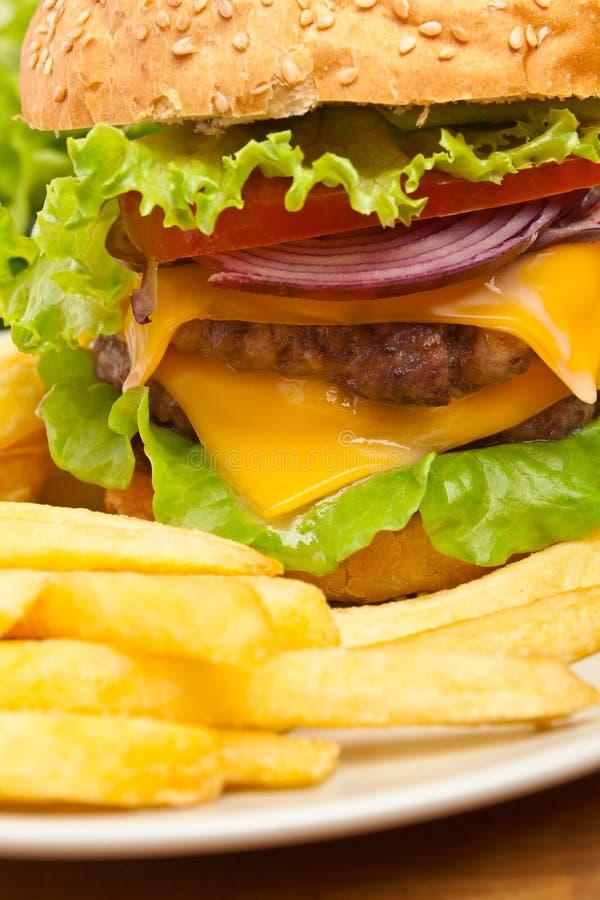 炸薯条和大乳酪汉堡 免版税库存照片