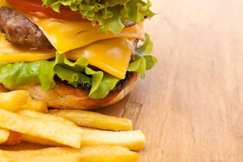 炸薯条和大双重乳酪汉堡 免版税库存照片
