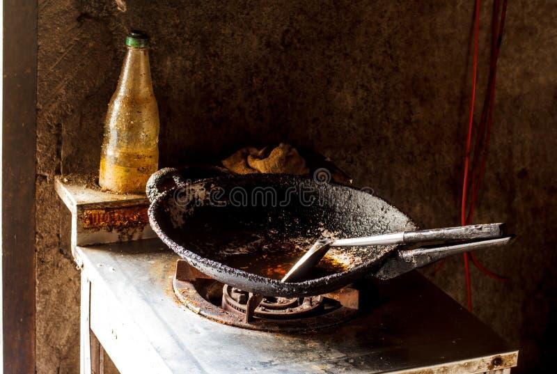 炸锅在厨房和煤气炉里 库存图片