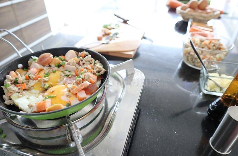 炸锅鸡蛋接近的射击用剁碎的猪肉和香肠在storve 图库摄影