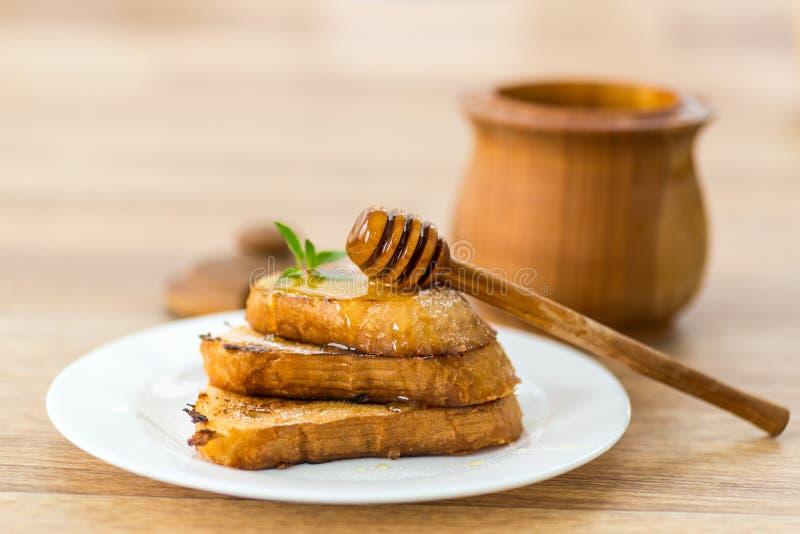 炸面包油煎方型小面包片用蜂蜜 免版税库存照片