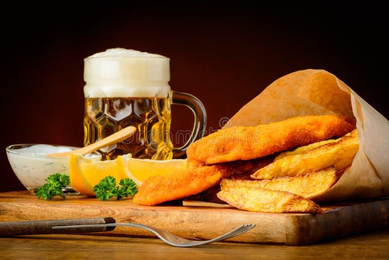 炸鱼加炸土豆片用啤酒 免版税库存照片