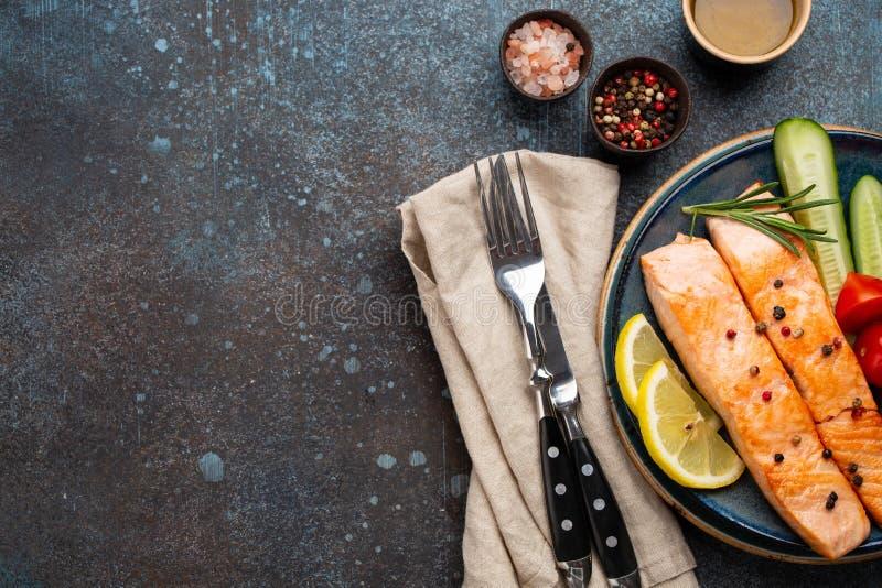 炸鲑鱼牛排和蔬菜 库存图片