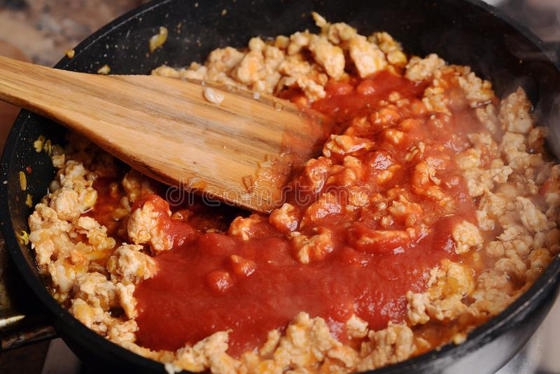炸鸡加料碎肉用在平底锅的西红柿酱 免版税库存图片