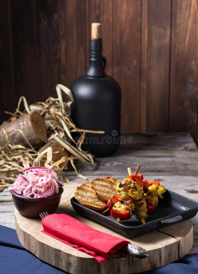 炸鸡和菜在平底锅 浪漫晚餐在乡下房子里 咖啡馆和餐馆的菜单背景 安排 免版税库存照片