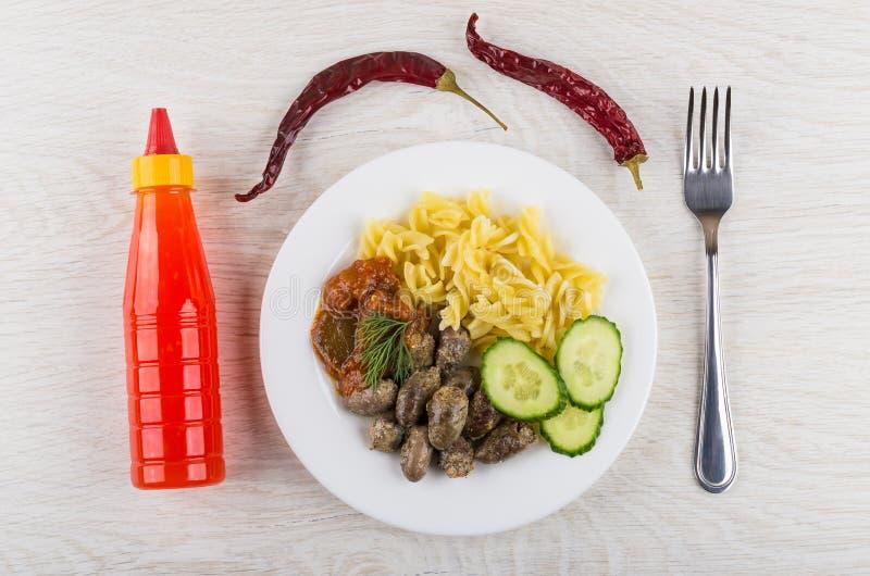 炸鸡心脏,面团,烘烤了茄子,黄瓜,番茄酱 免版税库存图片