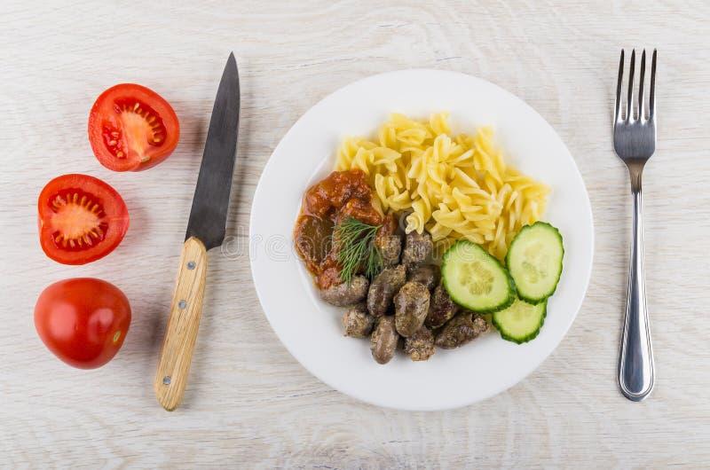 炸鸡心脏,面团,烘烤了茄子,黄瓜,莳萝, t 免版税库存照片
