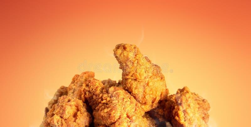 炸鸡或酥脆肯塔基热的背景的 与便当的可口热的膳食 免版税库存照片