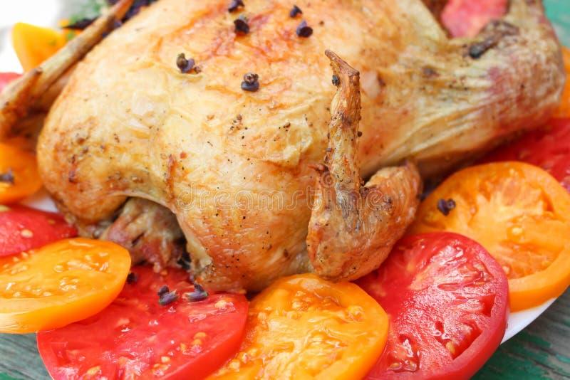 炸鸡用在一块白色板材的蕃茄 库存图片
