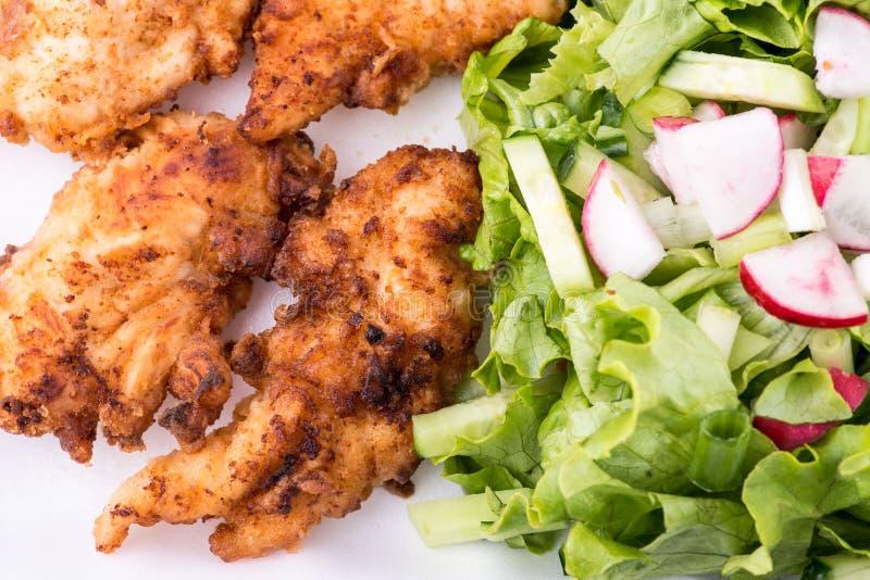 炸鸡用沙拉和土豆-接近  图库摄影