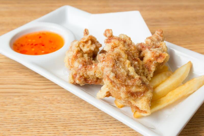炸鸡用炸薯条和甜调味汁在板材 免版税库存照片