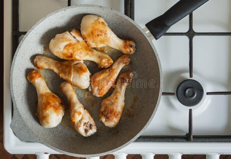 炸鸡腿在火炉的一个平底锅油煎 库存图片