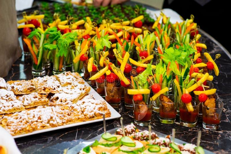 点心和快餐在自助餐桌上 免版税库存图片