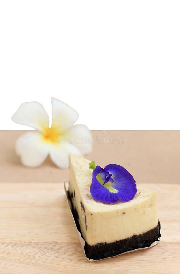点心和花、曲奇饼和奶油在白色背景结块食谱 免版税图库摄影