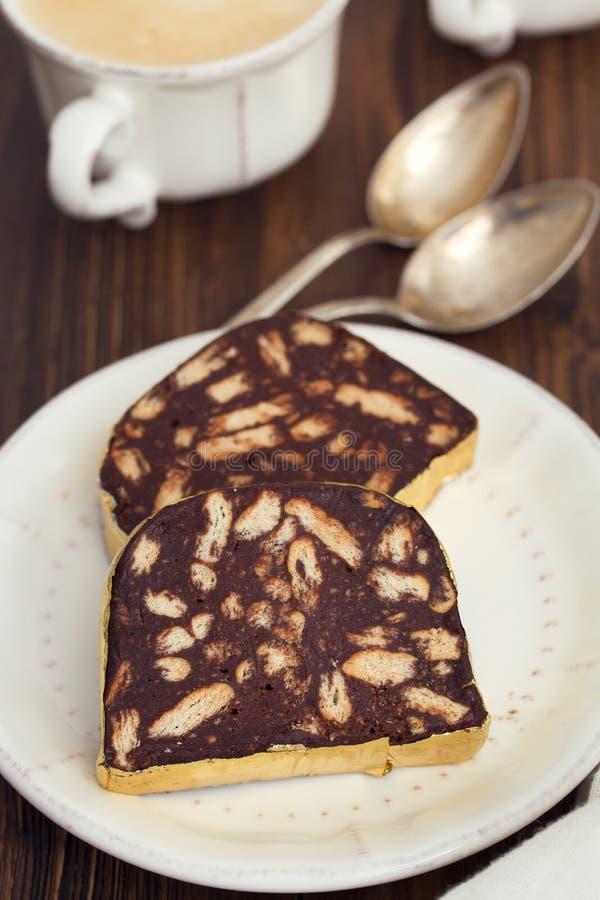 点心在白色盘的巧克力蒜味咸腊肠 免版税库存图片
