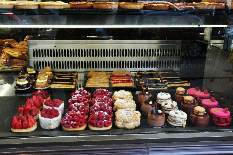点心在面包店窗口里 免版税库存图片